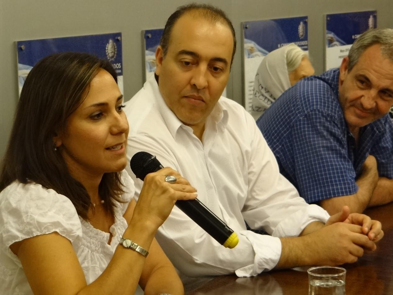 La nieta recuperada Claudia Domínguez Castro se dirige a los asistentes al reconocimiento legislativo que recibió con las Madres de Plaza de Mayo de Mendoza. A su lado están los senadores justicialistas Gustavo Arenas y Luis Böhm